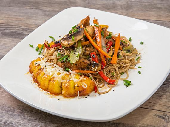 Chow mein de pollo + vegetales + plátano gratinado