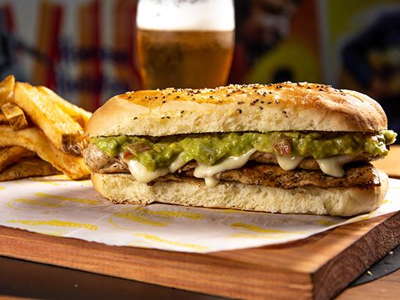 Guacachicken sándwich + papas fritas
