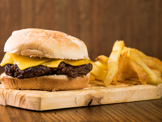 Combo - Hamburguesa con cheddar  + papas fritas + bebida en lata 354 ml