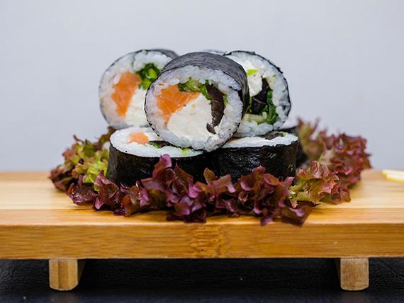 Minori futomaki roll envuelto en alga nori