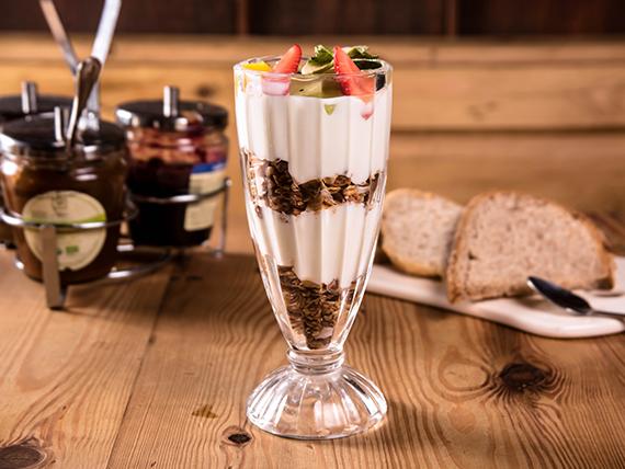 Granola perfait con yogurt natural y frutas frescas