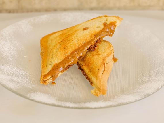 Sandwich caliente de pasta de avellanas simple