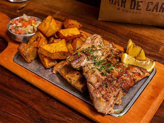 Matambre de cerdo a la parrilla con batatas fritas y dips de salsas