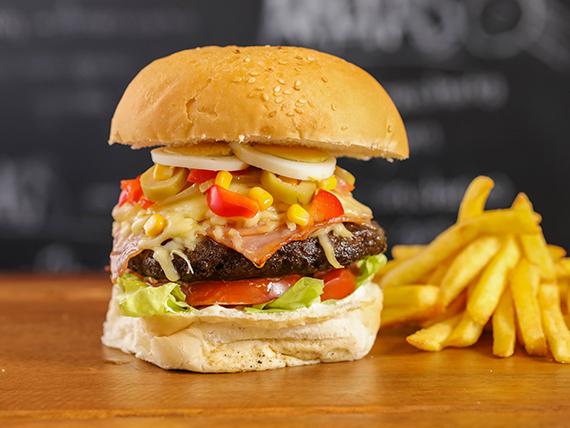 Hamburguesa Montevideo con papas fritas
