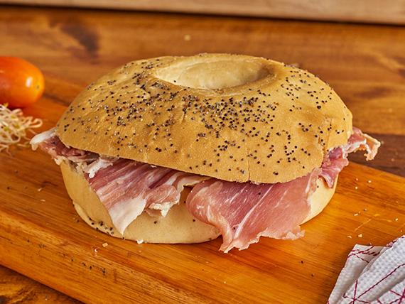 Sándwich bagel jamón crudo