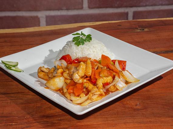 Arroz con salsa y pollo agridulce