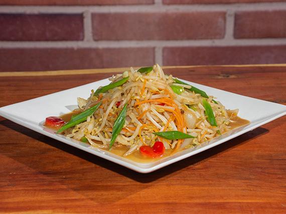 Chop suey con verduras y brotes de soja salteados