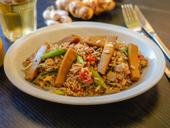 Arroz chaufa con tofu, vegetales, arroz blanco y semillas (vegan + sin tacc)