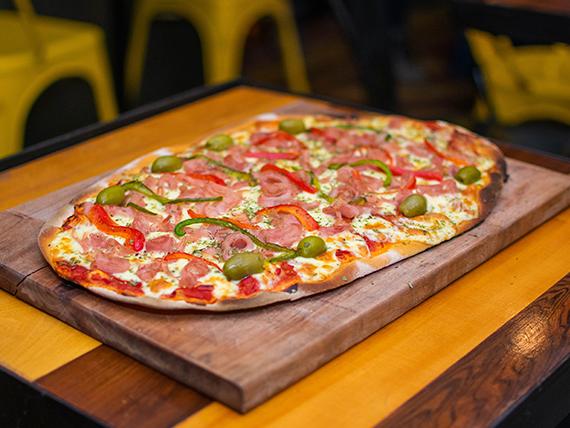 Pizza con jamón y morrón asado