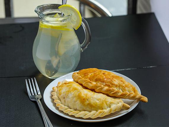 Promo - 2 super empanadas + agua 600 ml o limonada