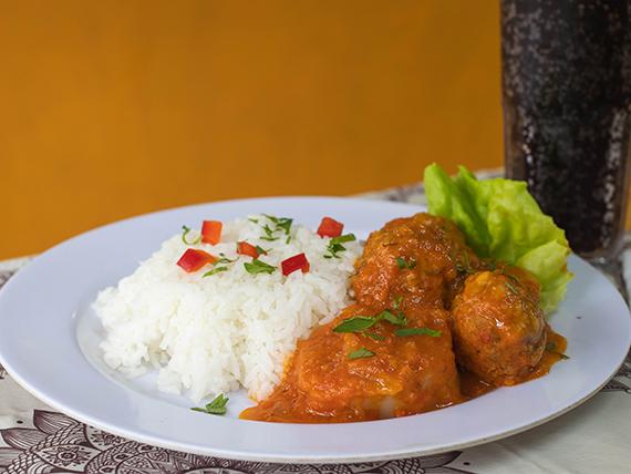 7 - Albóndigas de carne con arroz + gaseosa o agua saborizada 600 ml