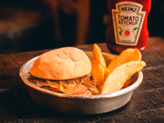 Sándwich de bondiola barbacue con papas rústicas