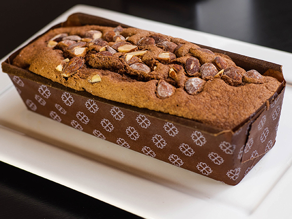 Budín de chocolate con almendras (porción)