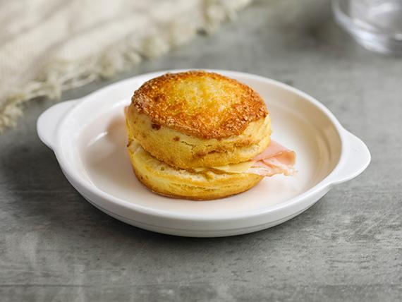 Scon relleno de lomito y queso