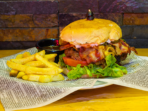 La cheese bacon burger con papas fritas