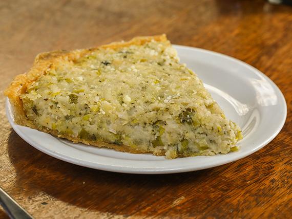 Tarta de puerros con ensalada de verdes