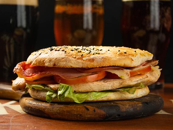 Sándwich de pechuga de pollo grillada completa