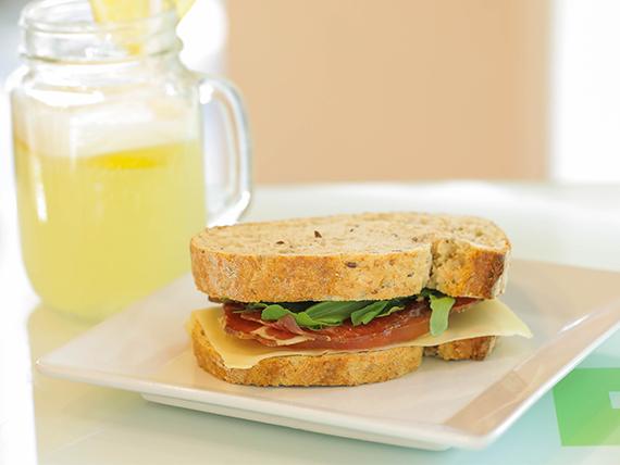 Sándwich mediterráneo en pan lino