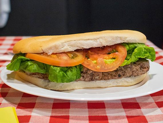Sándwich de hamburguesa con tomate y lechuga