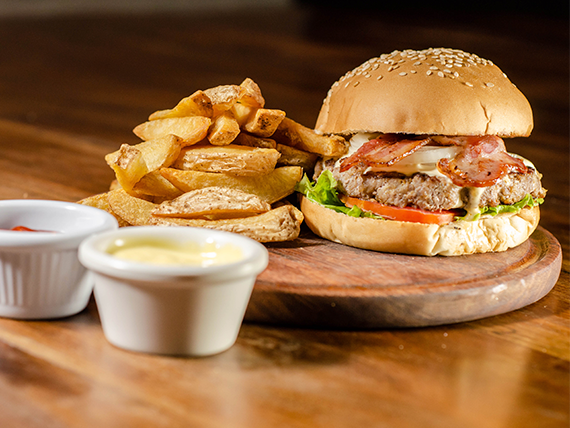Bluecheese burger con papas fritas