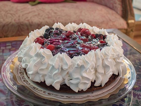Torta marquise de chocolate con frutos del bosque (8 porciones)