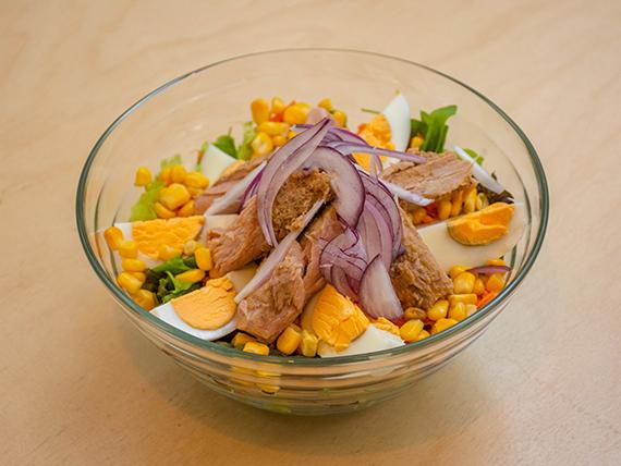 Ensalada con atún, lechuga, rúcula, maíz, cebolla morada, zanahoria y huevo duro