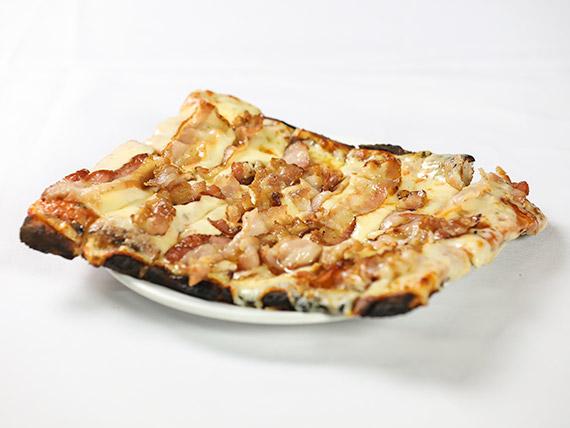 Porción pizza muzzarella con panceta