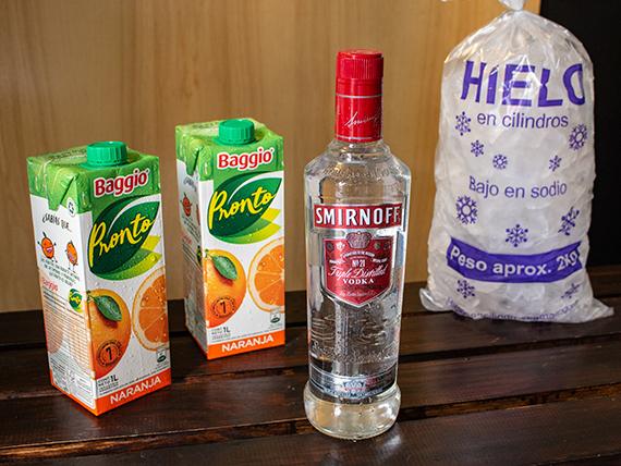Combo 8 - Vodka Smirnoff 750 ml + 2 jugos Baggio 1 L + hielo 2 kg