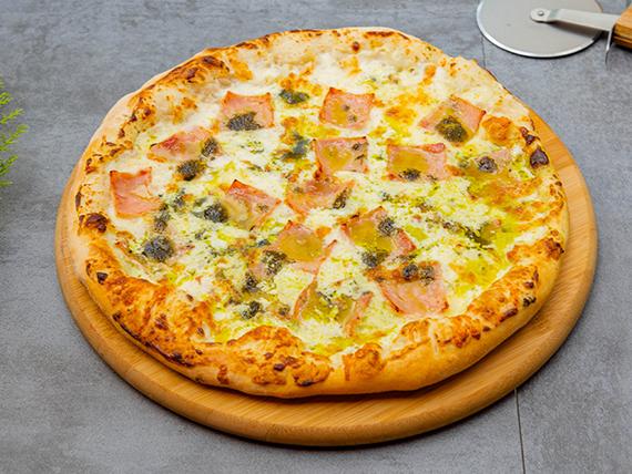 Pizza con jamón y albahaca