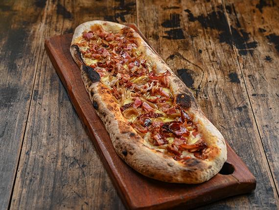 Pizza con muzzarella, cebolla caramelizada y panceta