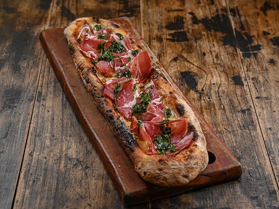 Pizza con muzzarella, bondiola y pesto de hierbas