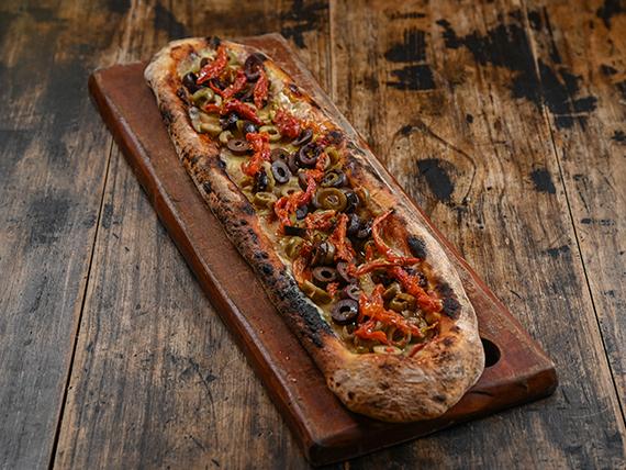 Pizza con muzzarella, tomates secos y aceitunas