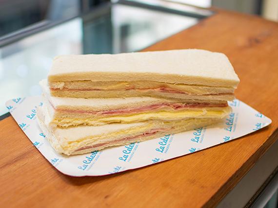 Combo almuerzo 1 - 3 sándwiches de miga de jamón y queso en pan blanco