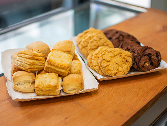 Combo antojo 7 - 150 g cookies de avena + 150 g cookies de chocolate + 250 g criollo mixto