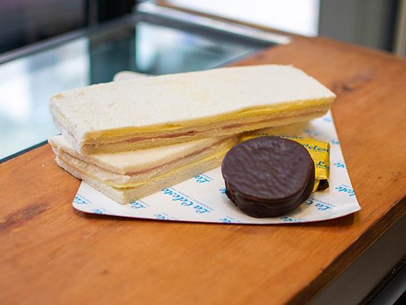 Combo antojo 2 - Alfajor chocolate negro + 2 sándwiches de miga de jamón y queso en pan blanco