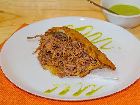 Arepa venezolana de carne mechada