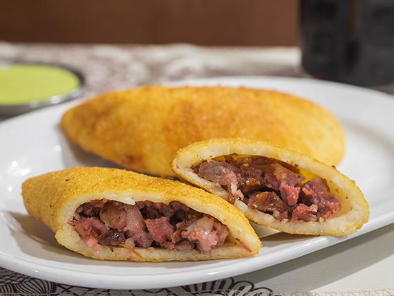 Empanada de chorizo criollo argentino