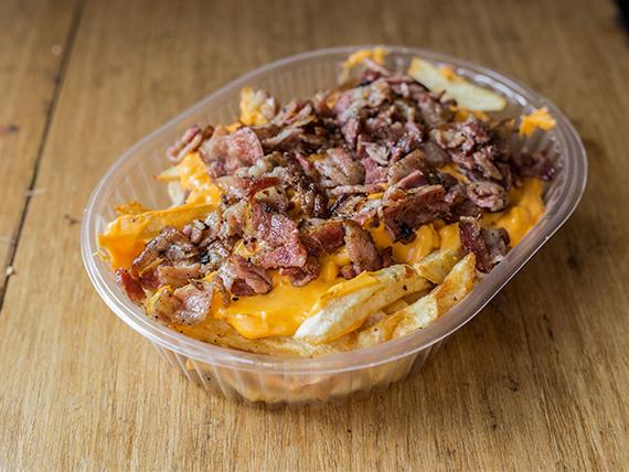 Papas fritas con salsa cheddar y crocante de bacon