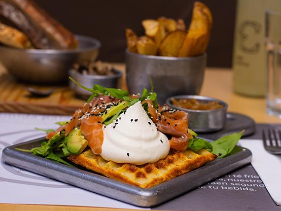 Waffle de avocado y salmón con acompañamiento