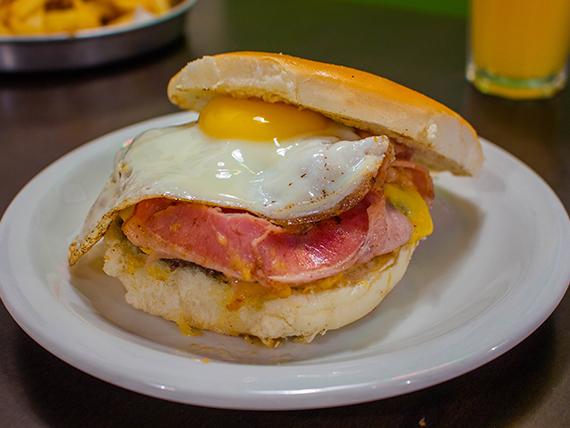 Hamburguesa con queso, panceta y huevo