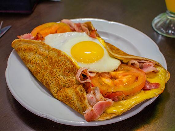 Panqueque salado con pollo, queso, cebolla, tomate, huevo y panceta
