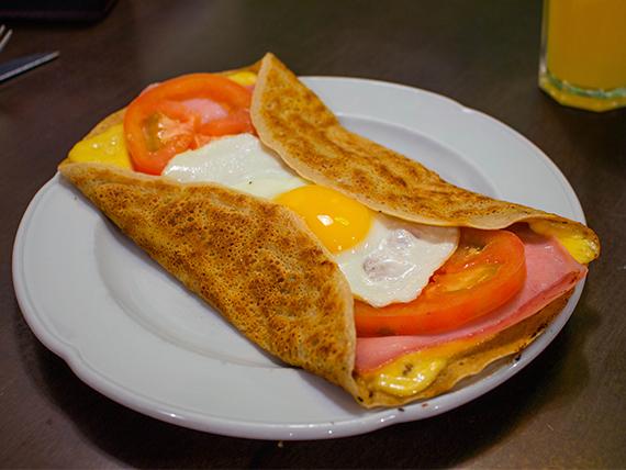 Panqueque salado con queso, jamón, tomate y huevo