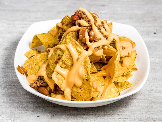Ración de nachos con chili queso