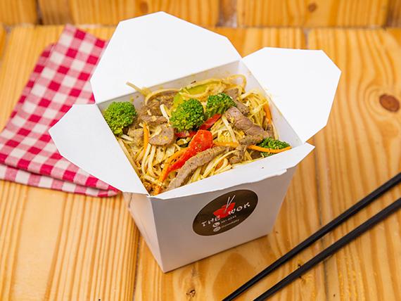 Noodles con vegetales frescos y huevo