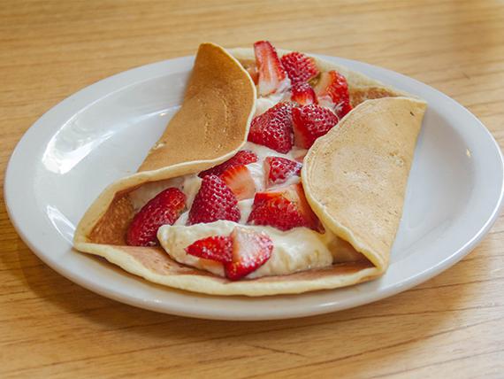 Panqueque dulce con crema y frutillas