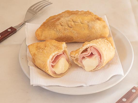 Empanada de jamón y queso frita