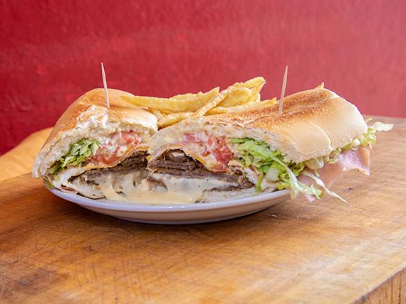 Sándwich de milanesa Peppo's con papas fritas