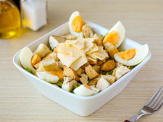 Ensalada de pollo, parmesano, lechuga, croutons, huevo, jugo de limón y salsa Cesar