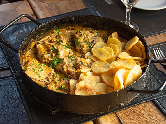 Disco de pollo a la mostaza con papas españolas