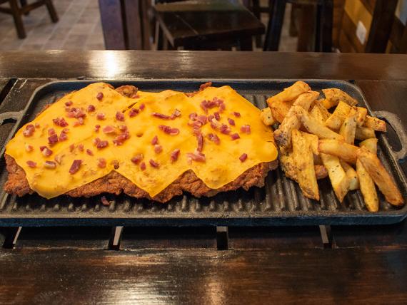 Milanesa con queso cheddar